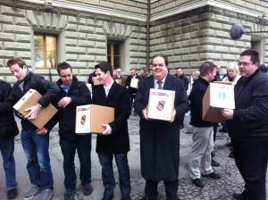 Übergabe der Unterschriften an die Bundeskanzlei.